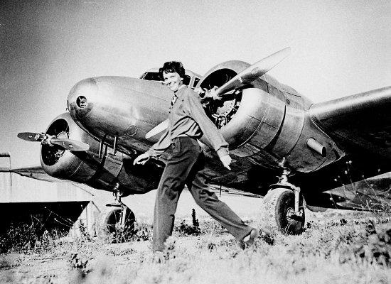 Amelia Earhart y su avion