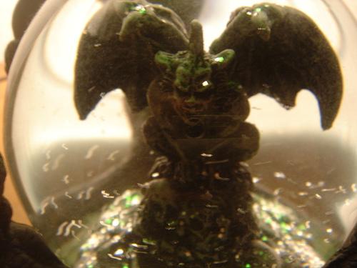 El Demonio atrapado en una bola de cristal