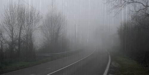 Niebla y lluvia en la carretera, foto